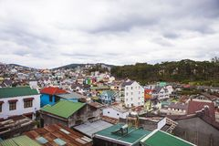 DALAT, VIETNAM - 17 de febrero de 2017 Visión para la ciudad y la colina del lat de DA en Vietnam Fotos de archivo