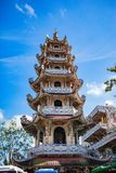 DALAT, VIETNAM - Februari 17, 2017 Linh Phuoc Buddhist-de pagode is bekend voor zijn grote bevindende gouden Boedha Royalty-vrije Stock Fotografie