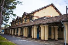 DALAT, VIETNAME - 17 de fevereiro de 2017: Arquitetura antiga da faculdade pedagógica de Dalat no dia em Dalat, Vietname Imagem de Stock