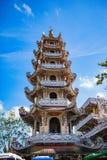 DALAT, VIETNAME - 17 de fevereiro de 2017 O pagode de Linh Phuoc Buddhist é conhecido para seu buddha dourado ereto grande Fotografia de Stock Royalty Free