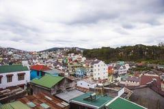 DALAT, VIETNAME - 17 de fevereiro de 2017 Vista para a cidade e o monte do Lat da Dinamarca em Vietname Fotos de Stock