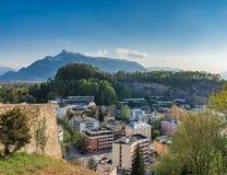 Dalby med bergbakgrund Arkivbild