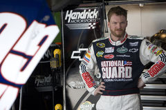 Dale Earnhardt-jr. in der Garage Stockbild