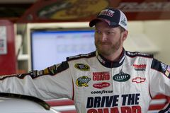 Dale Earnhardt-jr. in der Garage Lizenzfreies Stockbild