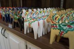 Dalecarlian-Pferde in einem Speicher Lizenzfreie Stockbilder