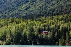 Daleka kabina w Alaskim halnym pustkowiu na dalekim jeziorze Fotografia Royalty Free