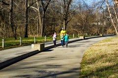 Daleki i synu Jogging na Roanoke rzeki Greenway zdjęcia royalty free