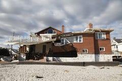 Zniszczony plażowy dom w następstwie Huraganowy Sandy w Dalekim Rockaway, NY zdjęcie royalty free