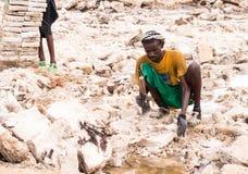 Daleko mężczyzna kopalnictwa sól od solankowych mieszkań w regionie Daleko, Danakil Dep Obrazy Royalty Free