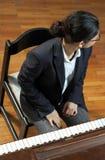 daleko od wyglądać na pianinie nauczyciela Zdjęcie Royalty Free