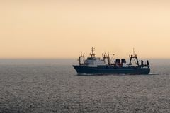 Dalekomorski trawler dalekomorski po??w zdjęcie stock
