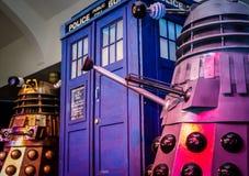 Daleks i Tardis przy konwencją zdjęcia stock