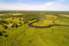 Dalen av den Sorot floden i den sol- Juni morgonflygfotograferingen Blodiga Pushkinskie, Ryssland arkivbilder
