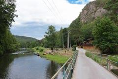Dalen av floden Jihlava, Tjeckien i sommardagen fotografering för bildbyråer