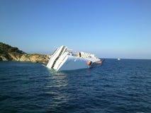 Dalend cruiseschip Costa Concordia Stock Foto