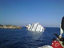 Dalend cruiseschip Costa Concordia Stock Fotografie