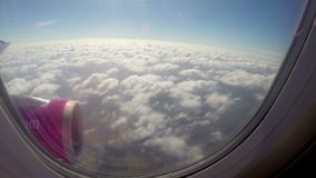 Dalend op wolkenvliegtuigen, mening van patrijspoort, voeringsvlucht stock videobeelden