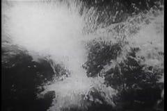Dalend schip in open zee stock footage