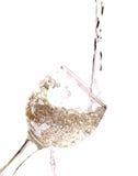Dalend water in het glas op wit royalty-vrije stock fotografie