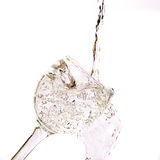 Dalend water in het glas op wit royalty-vrije stock foto