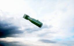 Dalende bommen tegen de donkere hemel Atom Bomb het 3d teruggeven Stock Foto's