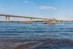 Dalende boot in een rivier royalty-vrije stock foto's