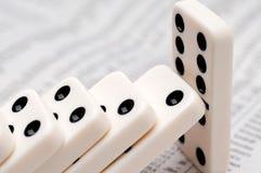 Dalende domino's op een voorraadrapport Stock Afbeelding