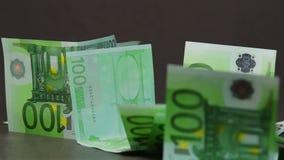 Dalende euro bankbiljetten 100 stock video
