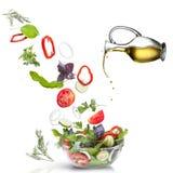 Dalende geïsoleerdem groenten en olie Stock Foto