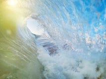 Dalende golven tijdens het surfen en zonsondergang Faro Portugal stock foto