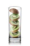 Dalende kiwiplakken binnen geïsoleerd glas Stock Fotografie