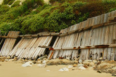 Dalende omheining op strand Stock Foto
