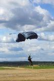Dalende parachutisten Stock Afbeelding