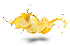 Dalende plakken van citroen met geïsoleerde sapplons Stock Foto