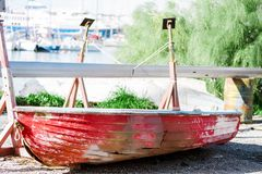 Dalende rode boot met gaten in de zijreparatie in droogdok Athene, Griekenland stock afbeelding