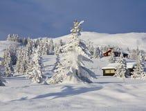 Dalende sneeuw en cabines Stock Afbeeldingen