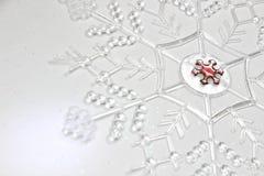 Dalende sneeuwvlok op Glittery-Achtergrond stock foto