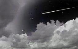 Dalende ster tussen wolken Royalty-vrije Stock Foto's