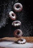Dalende suikerglazuursuiker op chocoladeschilferkoekjes Koekjesdalingen op de lijst Royalty-vrije Stock Foto