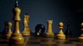 Dalende zwarte schaakkoning op houten raad Verlies spel en ontbreek stock videobeelden