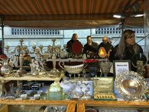 2015 dalerbezoekers onderzoekt vlooienmarkt op placa Catalunia, Royalty-vrije Stock Afbeeldingen