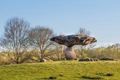 DALFSEN,荷兰, - 2015年5月01日:在小山的浮动石头 库存照片