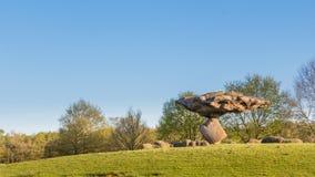 DALFSEN,荷兰, - 2015年5月01日:在小山的浮动石头 免版税图库摄影