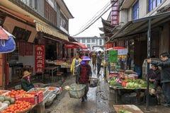 Dali, China - Maart 19, 2017: Landbouwers` s markt in een smalle straat in de oude stad van Dali in Yunnan, het oude koninkrijk v Stock Foto