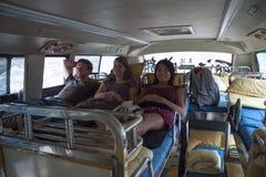 DALI, CINA, 2011-09-11: mettere su di tre giovane viaggiatori con zaino e sacco a pelo loro Fotografia Stock Libera da Diritti