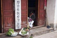 DALI KINA, 2011-09-13: Kinesisk kvinna som säljer grönsaker på Royaltyfri Fotografi
