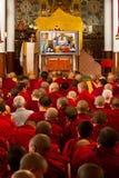 Dali Lama hålls ögonen på av munkar på hans undervisningar i Dharamsala Indien September 2014 Fotografering för Bildbyråer