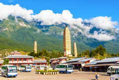 Dali três pagodes e montanhas brancos de Cangshan. Fotos de Stock