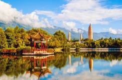 Dali tre vita pagoder och Cangshan berg. Arkivbilder