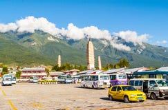 Dali tres pagodas y montañas blancas de Cangshan. Foto de archivo